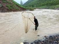 KAR KALINLIĞI - Habur Çayında Tehlikeli Balık Avı