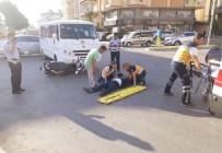 OKUL SERVİSİ - Manavgat'ta Okul Servisi Motosiklete Çarptı Açıklaması 1 Yaralı