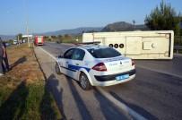 MEHMET ÖZÇELIK - Servis Minibüsü İle Otomobil Çarpıştı Açıklaması 25 Yaralı