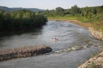 SAKARYA NEHRI - Arkadaşlarına Kızdı Aracını Nehre Attı