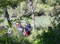 İTFAİYECİLER - Elindeki İple Kavak Ağacına Çıkınca Ekipleri Alarma Geçirdi