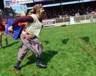 KADINLAR GÜNÜ - Kadınlar 1,5 Dakikada 12 Domates Kasasını 50 Metre Taşımak İçin Yarıştı