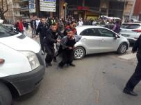 KADIN SÜRÜCÜ - Sokak Ortasında Polise Bıçak Çektiler
