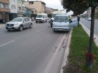 ÖĞRENCİ SERVİSİ - Öğrenci Servisi Otomobile Çarptı Açıklaması 6 Yaralı