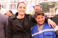 TÜLAY BAYDAR - 15 Yaşındaki Pazarcı Tezgah Başında Söylediği Türkü İle Mest Etti