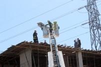 İTFAİYE MERDİVENİ - İnşaata İskele Kuran Suriyeli İşçiyi Elektrik Çarptı