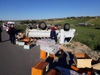 MUSTAFA ERDOĞAN - Kamyonet Takla Attı, Arı Kovanları Yola Saçıldı