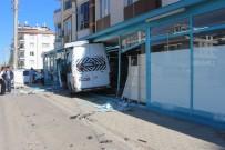ÖĞRENCİ SERVİSİ - Öğrenci Servisi Markete Daldı Açıklaması 3 Yaralı