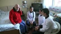 EVDE TEK BAŞINA - Öğrenciler Yaşlıların 'Kimsesi' Oluyor