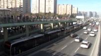 ŞIRINEVLER - Yenibosna'da Metrelerce Metrobüs Kuyruğu Oluştu
