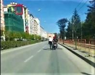 Motosikletli İle Patenlinin Tehlikeli Yolculuğu