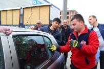 Otomobilde Kilitli Kalan Çocuğu İtfaiye Ekipleri Kurtardı