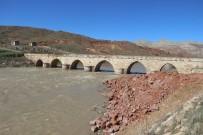 BOĞAZ KÖPRÜSÜ - 'Rivayet' Tarihi Köprüyü Definecilere Talan Ettirdi