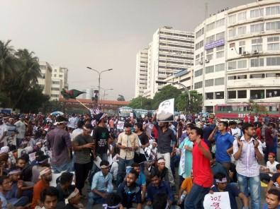 Bangladeş'te öğrencilere polisin müdahalesi