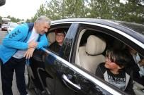 ÖMER ÖZKAN - Başkan Çelik, Otobüsü Kaçıran Gençlere Makam Aracını Tahsis Etti
