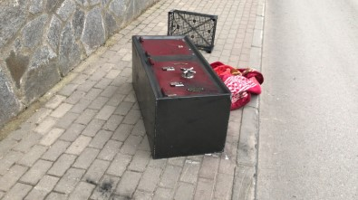Bursa'da hırsızlar çaldıkları kasayı açamayınca cadde kenarında bıraktılar