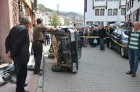 Niksar'da Otomobil Kaldırıma Çarpıp Yan Yattı Açıklaması 2 Yaralı