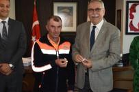 TEMİZLİK GÖREVLİSİ - Türk Bayrağını Çöpten Alan İşçi Ödüllendirildi