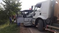 HAFRİYAT KAMYONU - Hafriyat Kamyonu İle Minibüs Çarpıştı Açıklaması 7 Yaralı