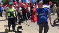 TEMİZLİK GÖREVLİSİ - Hem Çöpleri Topladı Hem Slogan Attı