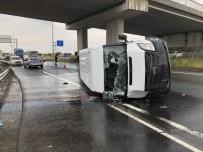 CEMAL YıLDıZ - Köprü Ayağına Çarpan Kamyonet Devrildi Açıklaması 1 Ölü, 2 Yaralı