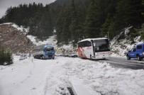 KAR YAĞıŞı - Mayıs Ayında Şortla Araçlarını Kardan Kurtardılar