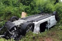 LÜKS OTOMOBİL - Otoyolda Şarampole Devrilerek Hurdaya Dönen Lüks Otomobilden Sağ Çıktılar