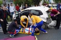 TRAFİK YOĞUNLUĞU - Fatih'te Cipin Çarptığı Araç Bariyere Çıktı