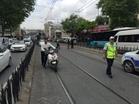YAYA TRAFİĞİ - Laleli'de Hafif Ticari Araç İle Tramvay Çarpıştı Açıklaması 1 Yaralı