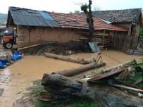 DERE YATAĞI - Bilecik'te Aşırı Yağış Bir Ev Ve Ahırda Hasar Meydana Getirdi