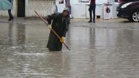 KAZIM KARABEKİR - Karaman'da Aniden Bastıran Yağmur Caddeleri Göle Çevirdi
