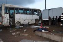 YAĞMURLU - Nevşehir'de Tur Midibüsü Kaza Yaptı Açıklaması 9 Yaralı
