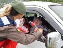 KADIN ASTSUBAY - Jandarmadan annelere çiçekli kutlama