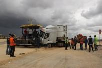 YOL ÇALIŞMASI - Kontrolden Çıkan Tır Yol Çalışması Yapan İşçilerin Arasına Daldı Açıklaması 3 Yaralı