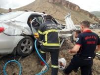 AHMET TURAN - Malatya'da Araç Bariyerlere Çarptı Açıklaması 1 Ölü, 2 Yaralı