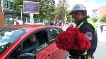 TRAFİK POLİSİ - Trafik Polislerinden Annelere En Anlamlı Hediye