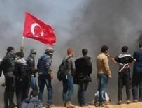Gazze'de elinde Türk bayrağıyla terörist İsrail'e karşı direnen Filistin halkı...