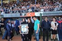 Kazada Ölen Sözlüsünün Fotoğrafını Mezuniyet Töreninde Gözyaşlarıyla Taşıdı