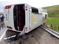 YOLCU MİDİBÜSÜ - Yağış Nedeniyle Kayganlaşan Yolda Midibüs Devrildi Açıklaması 22 Yaralı