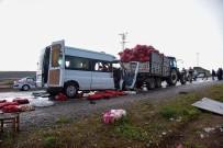 YOLCU MİNİBÜSÜ - Yolcu Minibüsü Traktöre Çarptı Açıklaması 2 Ölü, 10 Yaralı