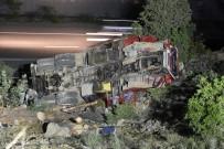 SEYFULLAH - Kamyon Uçuruma Devrildi Açıklaması 1 Ölü, 3 Yaralı