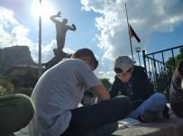 KİTAP OKUMA - Öğrenciler Anıtpark Merdivenlerinde Kitap Okudu