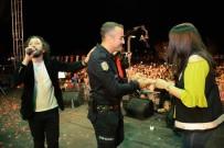 FETTAH CAN - Polisten Meslektaşı Olan Kız Arkadaşına Konserde Evlenme Teklifi