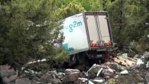 YARPUZ - Antalya'da Kamyon Uçuruma Devrildi Açıklaması 1 Ölü, 1 Yaralı