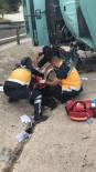 KÜPLÜ - Bilecik'te Plastik Malzeme Yüklü Kamyon Devrildi, Sürücü Ağır Yaralandı
