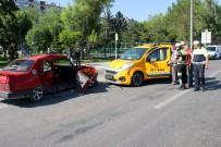 TİCARİ TAKSİ - Kayseri'de Ticari Taksi İle Otomobil Çarpıştı Açıklaması 5 Yaralı