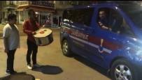 YıLBAŞı - Muhabire Anons Dersi Veren Jandarma Farklı Bir Görüntüyle Gündemde