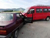 YEŞILTEPE - Samsun'da Otomobil İle Minibüs Çarpıştı Açıklaması 1 Yaralı