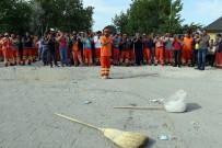 BELEDİYE ÇALIŞANI - İşçiler süpürge attı