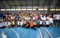KÜÇÜK KIZ - Yüzlerce öğrencinin badminton heyecanı